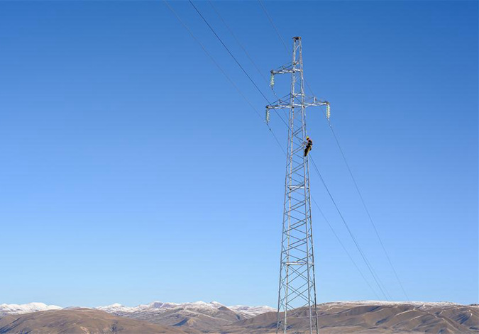 通往雪山深处的电线