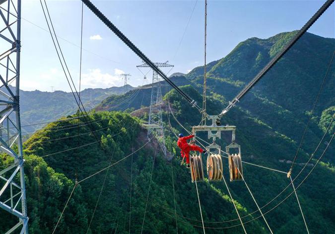 青海--河南±800千伏特高壓直流輸電工程跨秦嶺段開始放線施工