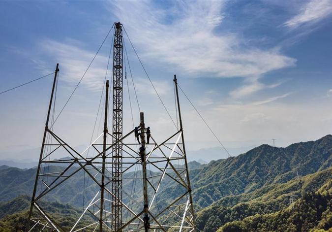 秦岭之巅的特高压电网建设者