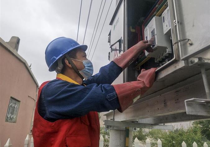 """新疆和田""""抵邊村""""農牧民徹底告別缺電生活"""