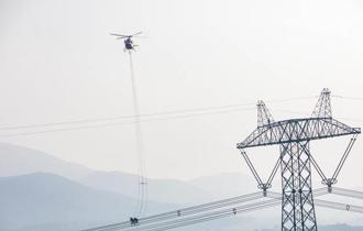 我国首次在世界最高电压等级特高压线路上开展直升机带电作业