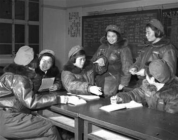 第一批女飛行員:毛澤東稱讚,細妹子不簡單,飛得好高啊