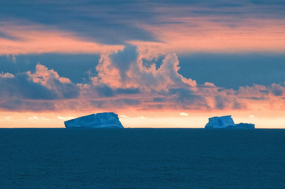 冰川后的日落。