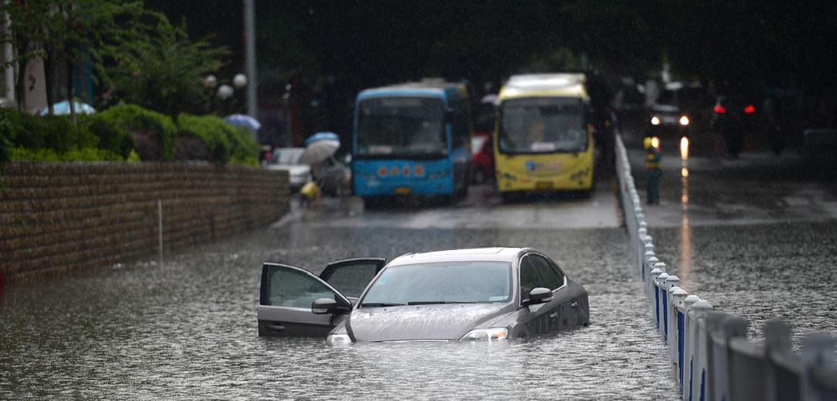 雨灾!暴雨引发内涝 车辆涉水如何自救?