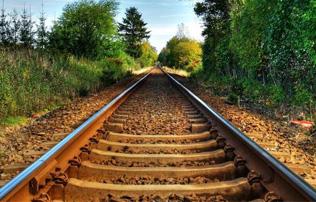 鐵軌下的小碎石有什麼作用?