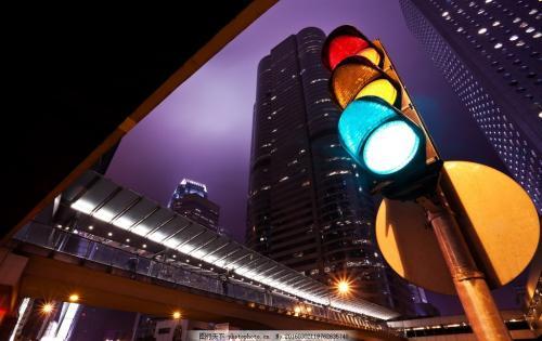 为什么交通指示灯选择红黄绿这三种颜色?