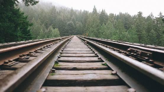 为什么有的铁路轨道上会铺石子?