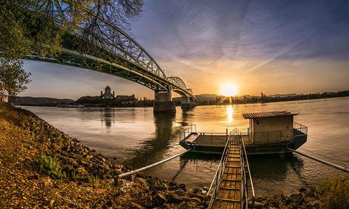 建立在河流凹岸的码头