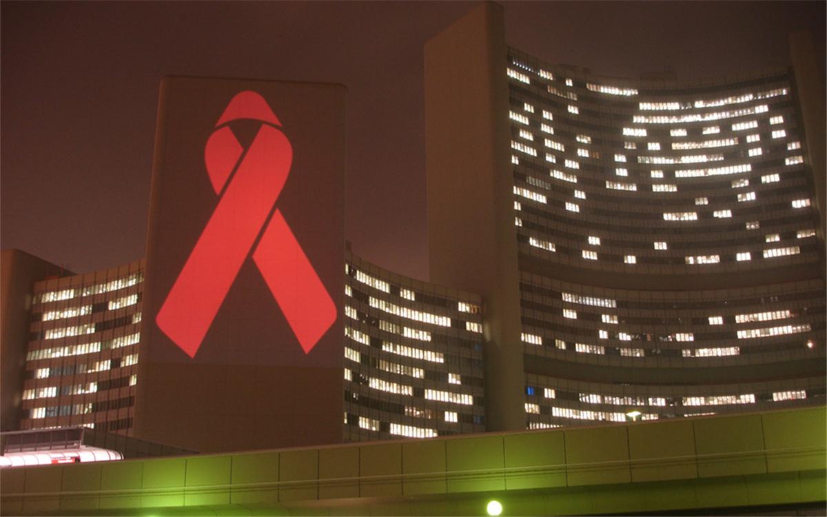在世界艾滋病日,联合国总部大楼点亮红丝带标志