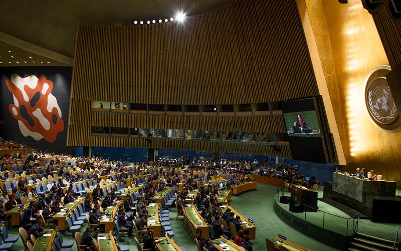 联合国大会通过六种官方语言进行同声传译