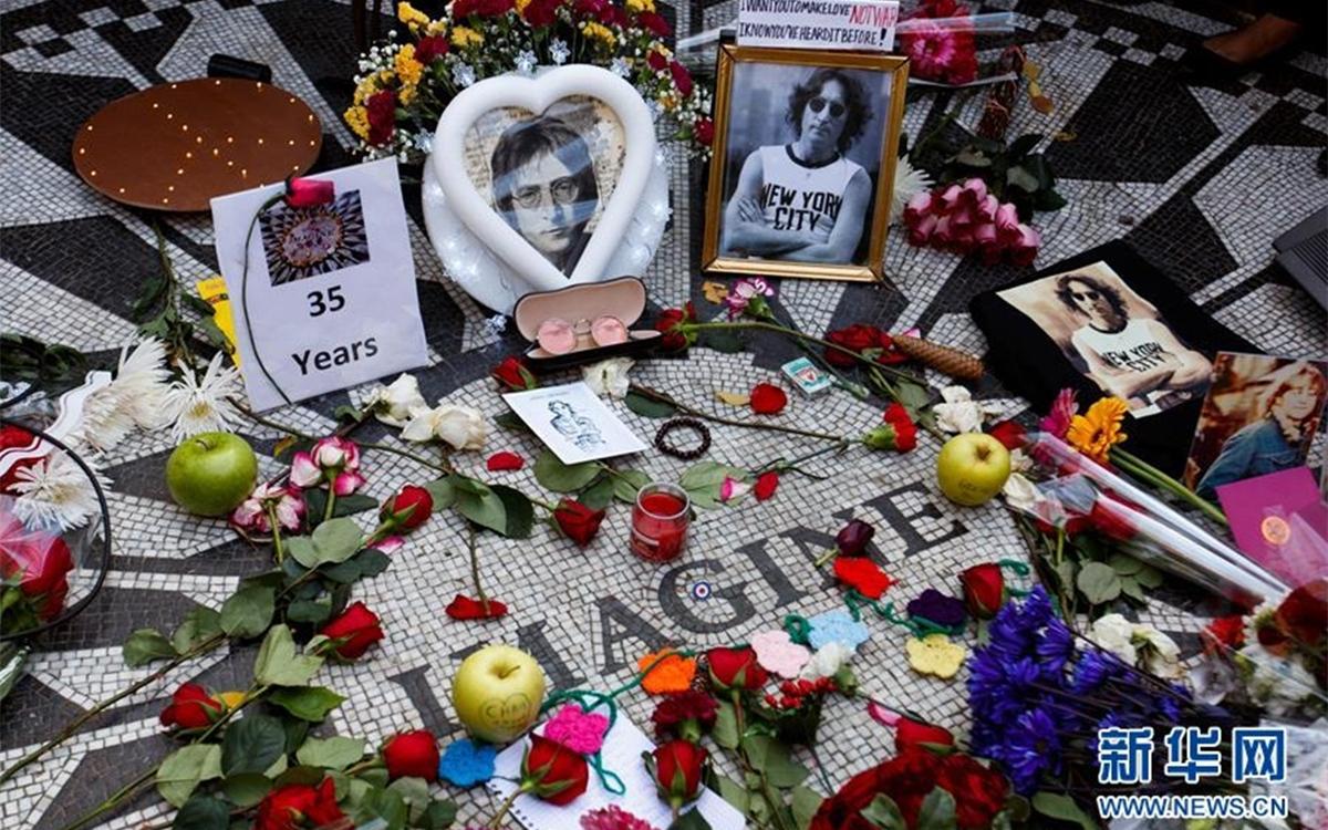 """歌迷在纽约的""""草莓地""""纪念约翰·列侬"""