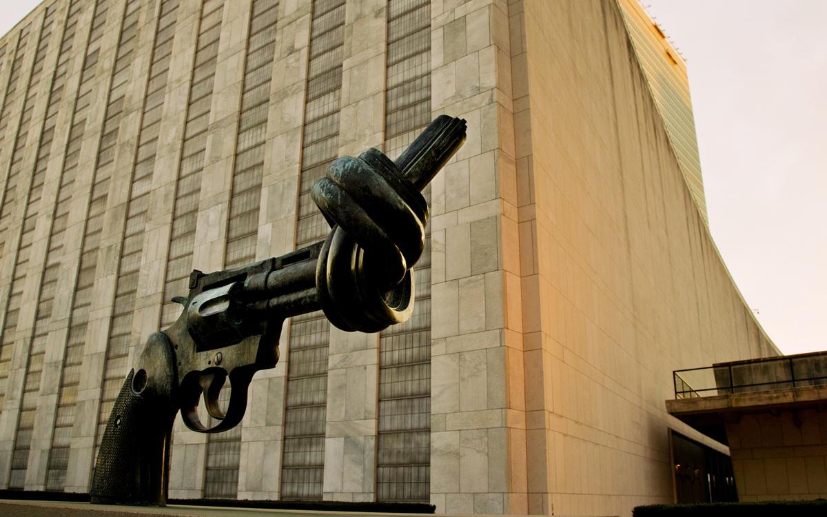位于联合国总部的《打结的手枪》