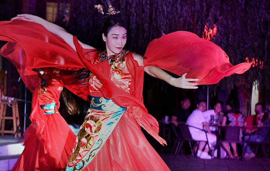 """""""الاقتصاد الليلي"""" في مدينة لويانغ بمقاطعة خنان بوسط الصين"""