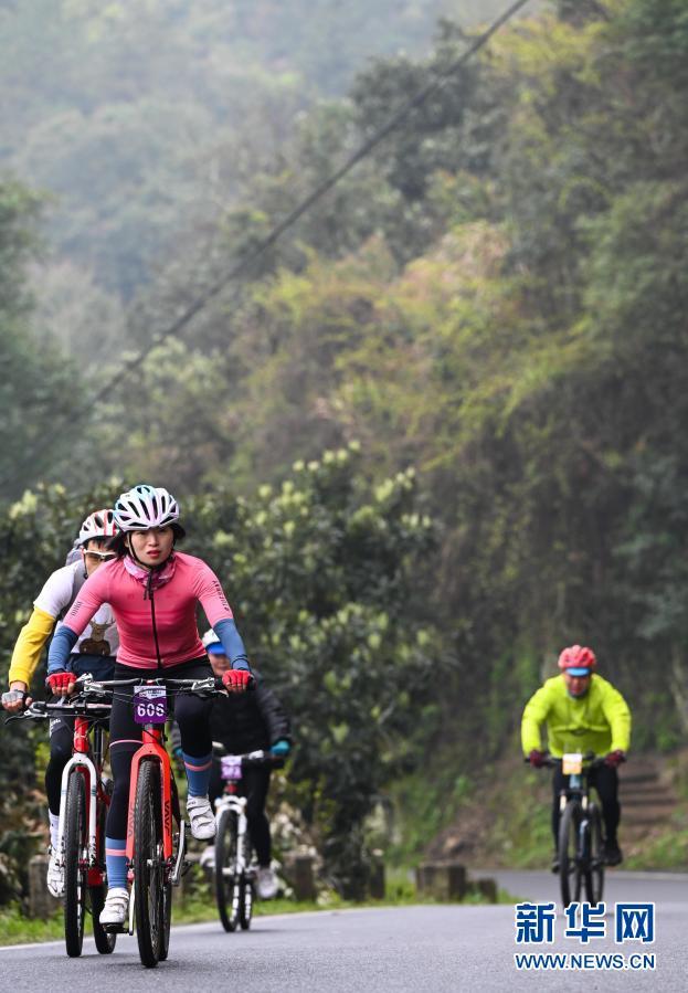 安徽歙县:脚踏单车享春光