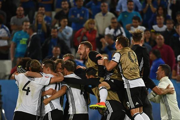 """""""德国战车""""阵容方案探究   德国队上一场与意大利队的比赛付出了太大的代价,前锋戈麦斯因伤告别余下比赛,受伤的后腰赫迪拉和吃牌的胡梅尔斯铁定缺席半决赛,而小猪的膝部受伤也拜此役所赐,而加时赛和超长的点球大战也消耗了德国队队员更多的体力和精力,这给勒夫在半决赛中的排兵布阵出了难题。鉴于这些主力的伤病和停赛,加上法国队可能的三前锋攻击阵型,笔者认为,勒夫在这场比赛中将不会继续使用对意大利时的343激进阵型,而会转而回归此前更多使用的4231阵型,这样会更为稳妥。反之,如果勒夫继续343阵"""