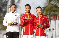 刘虹、冈萨雷斯和吕秀芝在颁奖仪式上合影