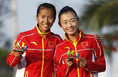 刘虹和队友吕秀芝在颁奖仪式上合影。