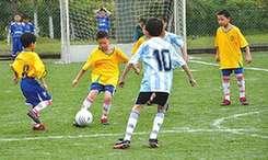 """如何让踢球不再成为""""人生赌博""""?——青岛足球体教结合新路径调"""