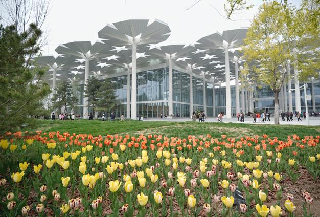 每一個傘蓋對柱子都是一個不同的角度,又都在一個球面上等造成施工難度高