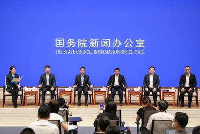 國新辦舉行交通扶貧幹部和典型代表與中外記者見面會