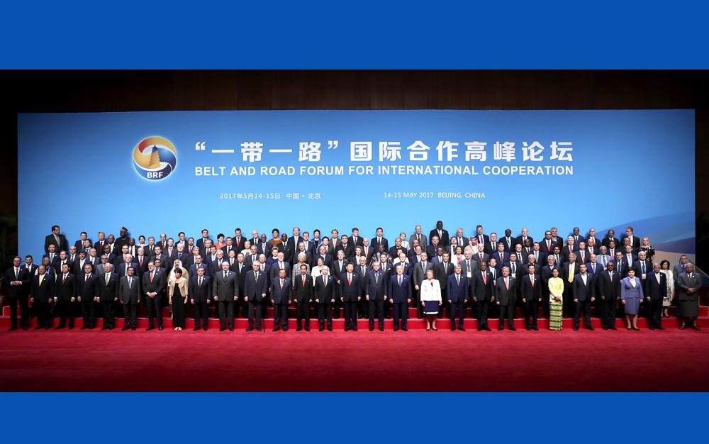 """習近平同出席""""一帶一路""""國際合作高峰論壇的代表們合影"""