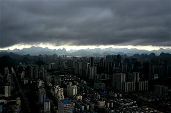 廣西柳州:烏雲壓境
