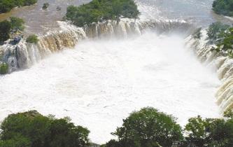 鏡泊湖出現壯觀瀑布
