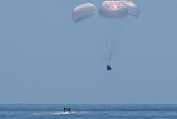 """美""""龍""""飛船載兩名宇航員返回地球"""