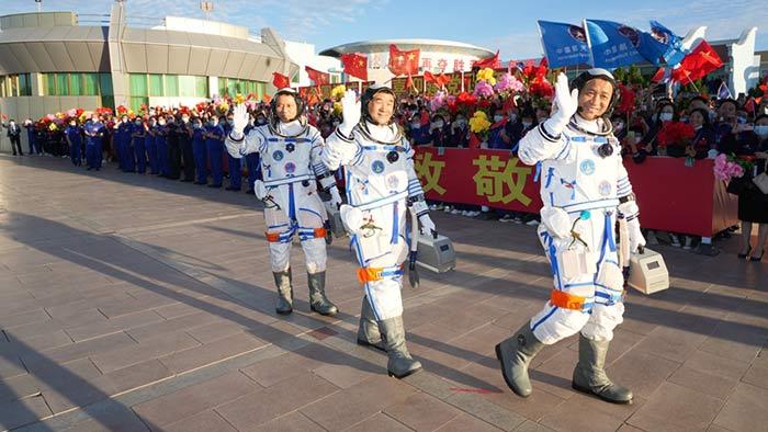 聶海勝、劉伯明、湯洪波3名航天員領命出徵