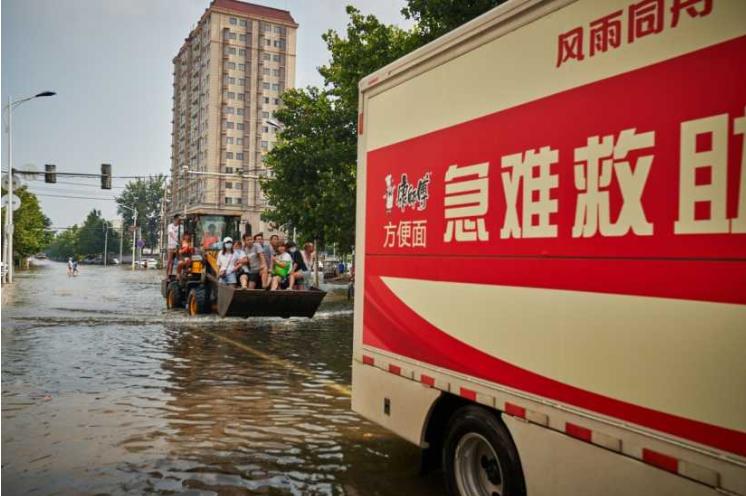 """風雨中的暖心面 康師傅獨創的""""急難救助車""""為河南人民的平安加油!"""