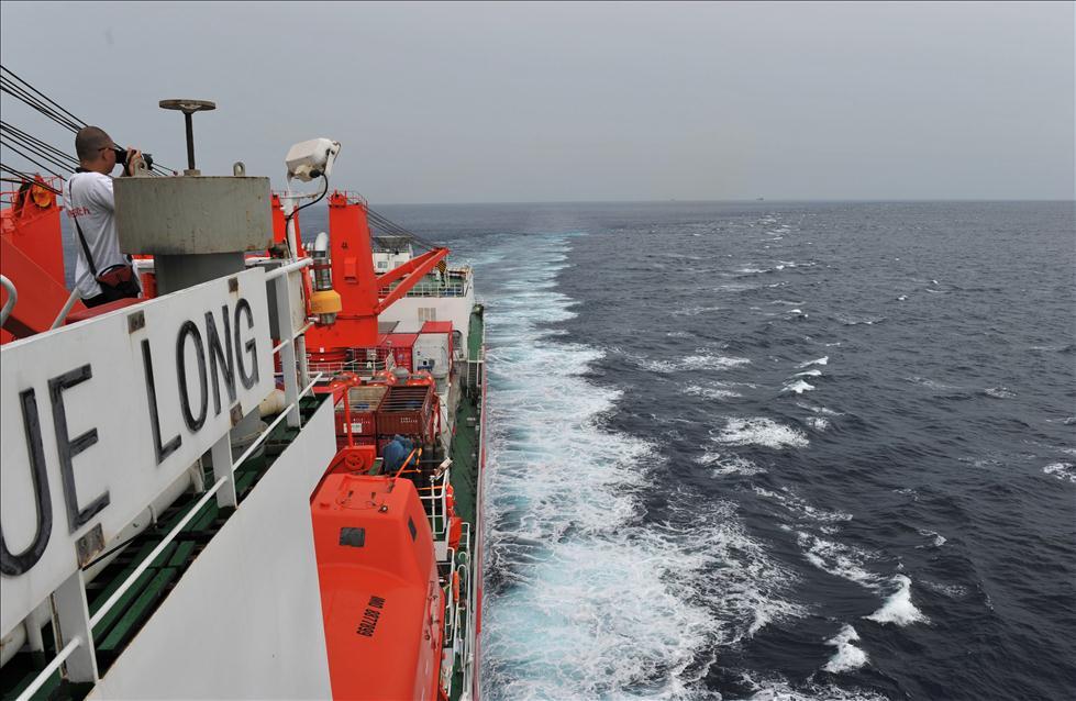 """""""雪龙""""号经过印度尼西亚巴厘岛和龙目岛之间的龙目海峡,驶入印度洋."""