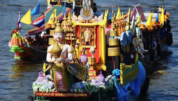 泰國暖武裏府舉行三寶佛節水上巡燭儀式