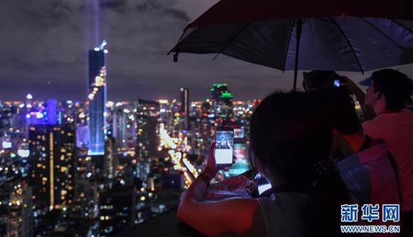 泰國新第一高樓竣工 舉行燈光秀(圖)