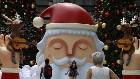 聖誕老人現泰國商場外 引遊客駐足合影