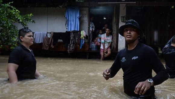 泰國南部遭洪水襲擊已致5人死亡 路面塌陷現大坑