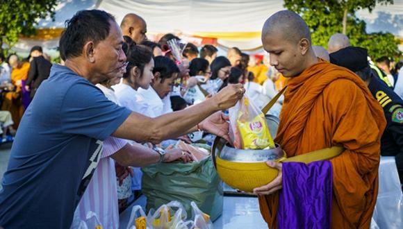 泰國民眾向僧人布施 迎接新年到來