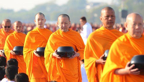 泰緬兩國約2萬名僧侶參加大型布施儀式