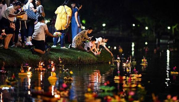 泰國民眾慶祝水燈節 水面漂滿水燈似繁星點點