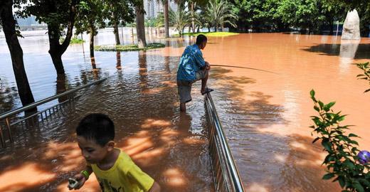 南寧邕江迎洪峰公園被淹 市民水中淡定釣魚