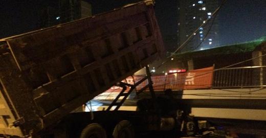 長沙一座人行天橋垮塌 兩車被壓至少1人死亡