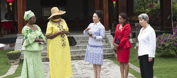 Peng Liyuan invites foreign leaders' wives to visit village in Hainan