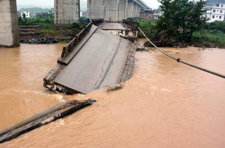 廣西恭城:洪水衝斷大橋