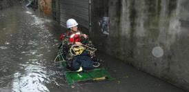 广西暴雨致局地积水超1米 居民乘竹筏脱围