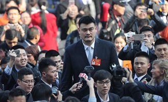 記者們採訪全國政協委員姚明