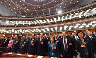 委員們高唱國歌