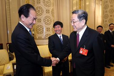 俞正聲看望參加全國政協十二屆五次會議報道的新聞工作者