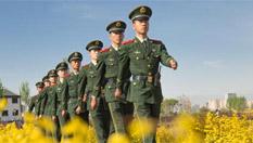甘肅張掖濕地旅遊掀起熱潮 帥氣武警引人矚目