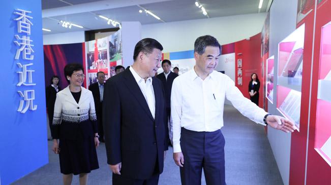 習近平參觀香港回歸祖國20周年成就展