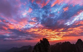 黃山現日出美景 引遊客拍照留念