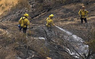 山火來勢兇猛 洛杉磯宣布進入緊急狀態